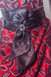 Röd klänningflicka med en turkospilbåge runt om midjan Arkivfoto