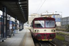 Röd klassiker och retro drev på nadrazien för Prague den huvudsakliga järnvägsstation- eller praha hlavni Royaltyfri Fotografi