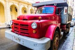 R?d klassisk amerikansk lastbil p? gatorna av havannacigarren royaltyfria bilder