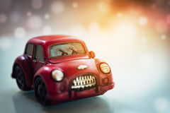 Röd klassisk bil för tappning på solljussignalljusbakgrund med kopieringsutrymme Royaltyfria Bilder