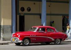 Röd klassisk kubansk taxibil Arkivbild