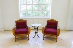 Röd klassisk soffa för stilfåtöljsoffa i tappningrum, röd soffa för tappning i vitt rum Arkivfoto