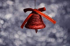 Röd klocka på bokehbakgrund Royaltyfri Fotografi