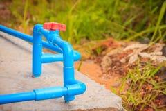 Röd knopp av PVC-bollventilen på PVC-rörlinjen i rörmokerisystem Fotografering för Bildbyråer