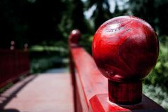 Röd knopp på en ledstång fotografering för bildbyråer