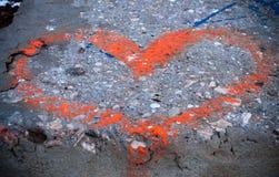 röd konkret hjärta som målas Arkivfoton