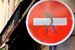 Röd konstruktion undertecknar in Paris Frankrike Arkivfoto