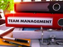 Röd kontorsmapp med inskriften Team Management 3d Royaltyfria Foton