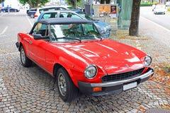 Röd konvertibel bil på stadsgatan arkivfoton