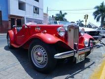 Röd konvertibel MG TA roadsterdvärgliknande person i Lima Royaltyfri Bild