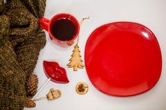 Röd kopp av den varma drinken, med julobjekt Royaltyfri Foto