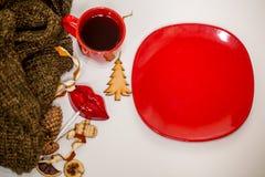 Röd kopp av den varma drinken, med julobjekt Royaltyfri Bild