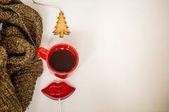 Röd kopp av den varma drinken, med julobjekt Royaltyfria Bilder