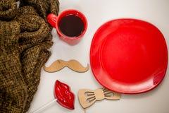 Röd kopp av den varma drinken, med julobjekt Royaltyfri Fotografi