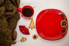 Röd kopp av den varma drinken, med julobjekt Arkivbilder