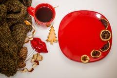 Röd kopp av den varma drinken, med julobjekt Fotografering för Bildbyråer