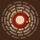Röd kopp av krusig hjärta i Lattekonst Royaltyfri Foto