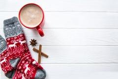 Röd kopp av varm choklad och julsockan med prydnaden och de royaltyfria bilder