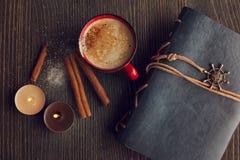 Röd kopp kaffe för keramik med kanel royaltyfri foto