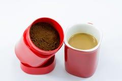 Röd kopp kaffe som isoleras över vit bakgrund Arkivbilder
