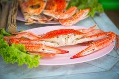 Röd krabba på en platta Fotografering för Bildbyråer
