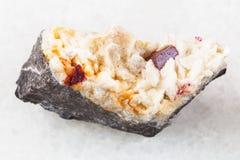 röd kristall av Cinnabar i grov Carbonatitesten Royaltyfria Bilder