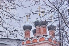 Röd kristen ortodox tempel med gråa kupoler royaltyfri bild