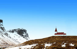 Röd kulör kyrka på ett berg Royaltyfria Bilder