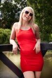 Röd kvinnagästgivargård Royaltyfri Bild