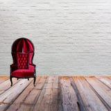 Röd läderfåtölj på det wood golvet Royaltyfria Foton