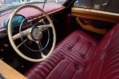 Röd läderplats och instrumentbräda av bilen GAZ-21 Volga Sikt från chaufförsidan arkivbild