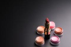 Röd läppstift på svart bakgrund, skönhetsmedelbegrepp, mor Arkivbilder
