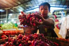 Röd lök i traditionell marknadsbawangmerah royaltyfria bilder