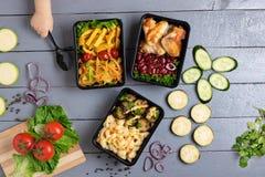 Röd lök, stekt zucchini, aubergine, röda kokta bönor med grillade fega vingar, rå grönsaker omkring royaltyfri bild