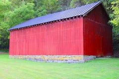 Röd ladugård Fotografering för Bildbyråer