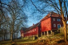 Röd ladugård Arkivbilder