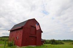 Röd ladugård i New Hampshire i sommartid Arkivfoto