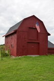Röd ladugård i New Hampshire i sommartid, USA Arkivbild