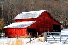 Röd ladugård i Snow Royaltyfri Fotografi