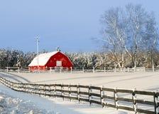 Röd ladugård i vinter Royaltyfria Bilder
