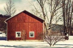 Röd ladugård i vinter royaltyfri bild