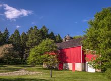 Röd ladugård i Wisconsin på solig sommar Royaltyfria Foton
