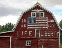 Röd ladugård med den målade amerikanska flaggan Royaltyfria Foton