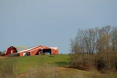 Röd ladugård på en kulle Royaltyfri Fotografi
