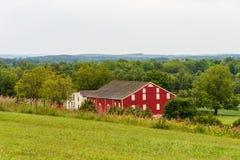 Röd ladugård på Gettysburg jordbruksmark royaltyfria foton
