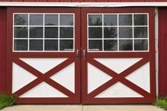 Röd ladugårddörr Arkivfoton