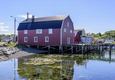 Röd ladugårdfiskelägepir & fartyg royaltyfria bilder