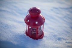 Röd lampa på snö Royaltyfri Foto
