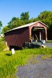 Röd Landis dal täckt bro Arkivfoto