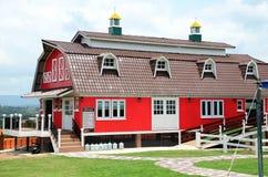 Röd lantgård för traditionell tappning Arkivbilder